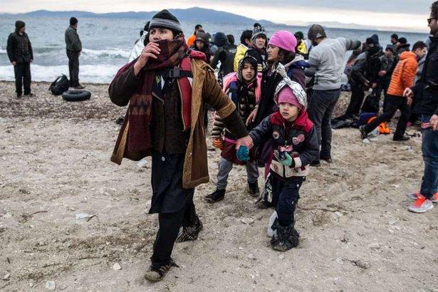 Una familia de refugiados al llegar a la isla griega de Lesbos - ACNUR
