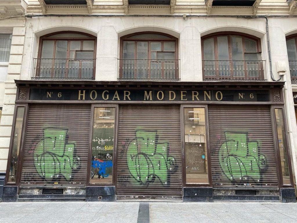 Tiendas cerrada en la calle Alfonso I