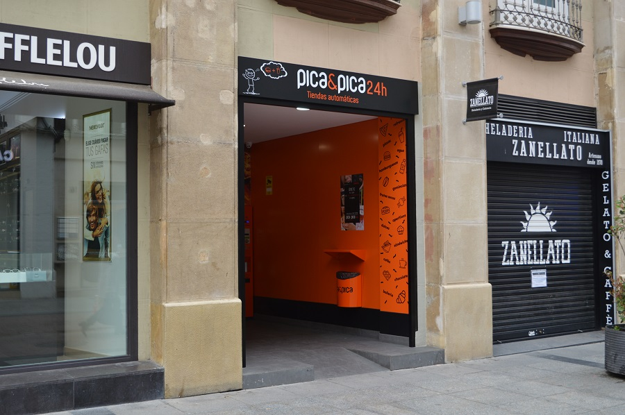 Tiendas cerradas en la calle Alfonso I